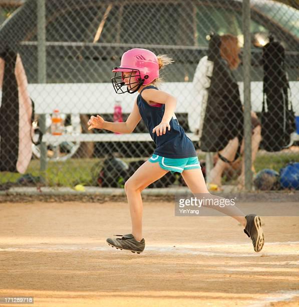 若い女の子のランニングベースにソフトボールゲーム