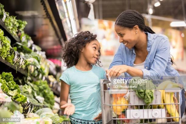 lojas de menina com a mãe dela - persuasão - fotografias e filmes do acervo