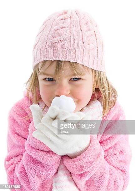 Jeune fille montrant une boule de neige