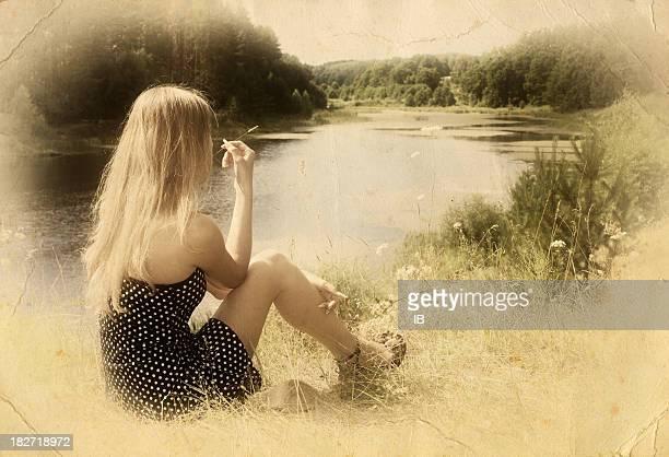 Jeune fille se dresse sur les rives de la rivière