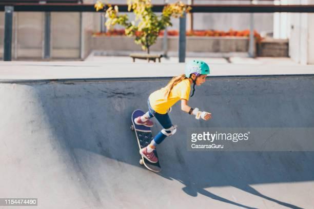 jong meisje skateboarden in beton skatepark - skateboardpark stockfoto's en -beelden