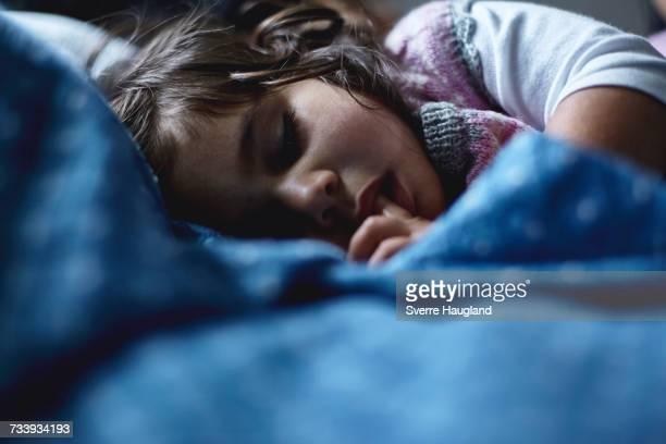 young girl sleeping in bed - chupando dedo - fotografias e filmes do acervo