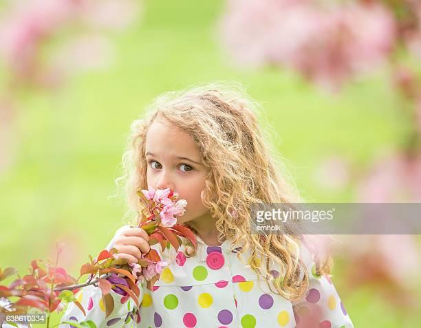 Jeune fille odeur Arbre de fleurs de printemps rose