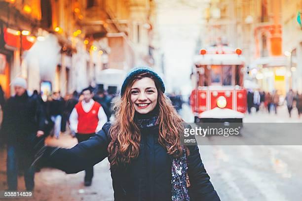 Jeune fille souriante et jeu de boules de neige sur Istiklal Street, stanbul