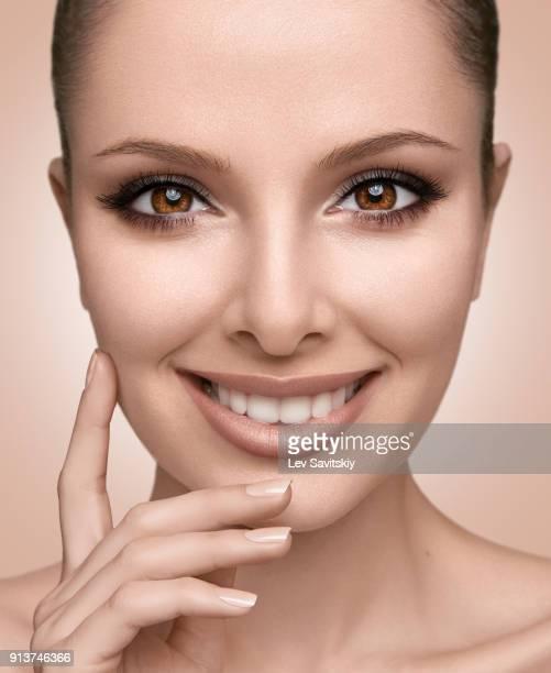 young girl smiling - bege - fotografias e filmes do acervo