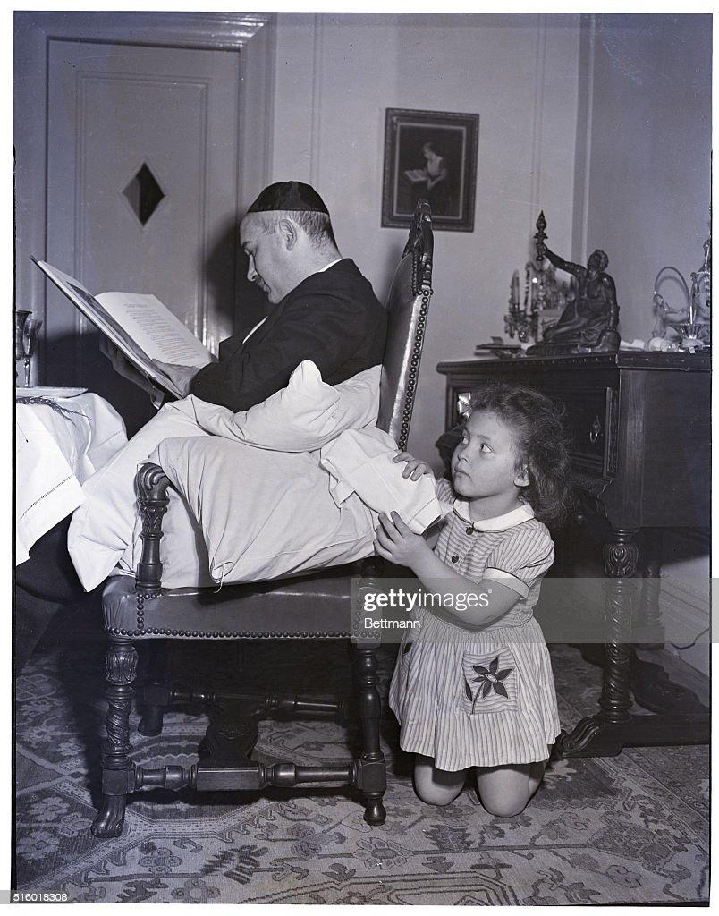 Little Girl Tries to Steal Afikomen : News Photo