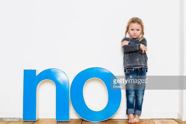 young girl standing next to large three-dimensional letters, spelling the word no - letra o - fotografias e filmes do acervo