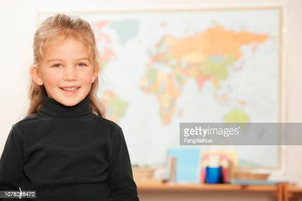 Junge Studentin im Unterricht der Grundschule