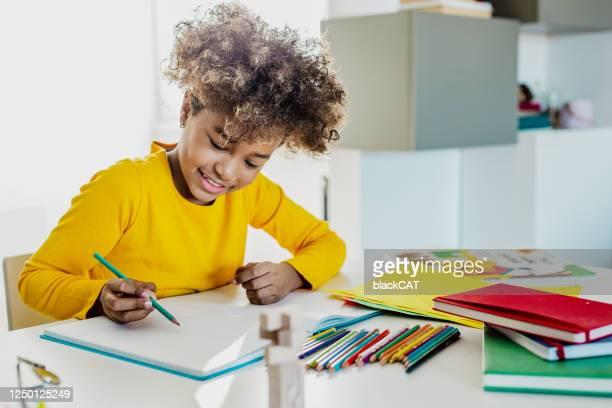 junges mädchen studiert zu hause - schulbedarf stock-fotos und bilder
