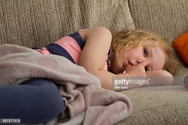 young girl sucking thumb - chupando dedo - fotografias e filmes do acervo
