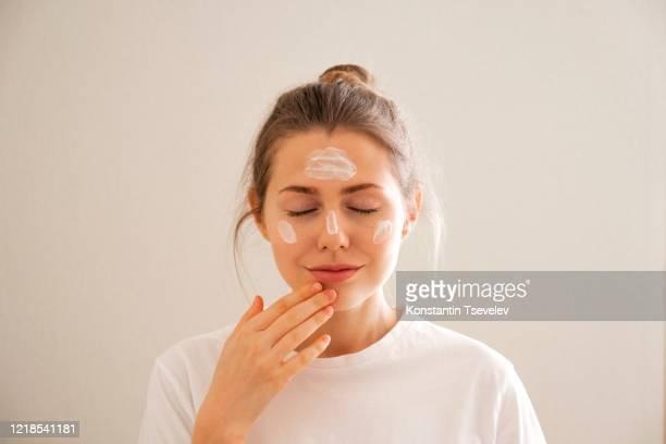 young girl takes care of her face skin. - kosmetische behandlung stock-fotos und bilder