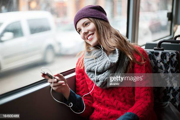 Junges Mädchen SMS auf ihr Handy in öffentlichen Verkehrsmitteln