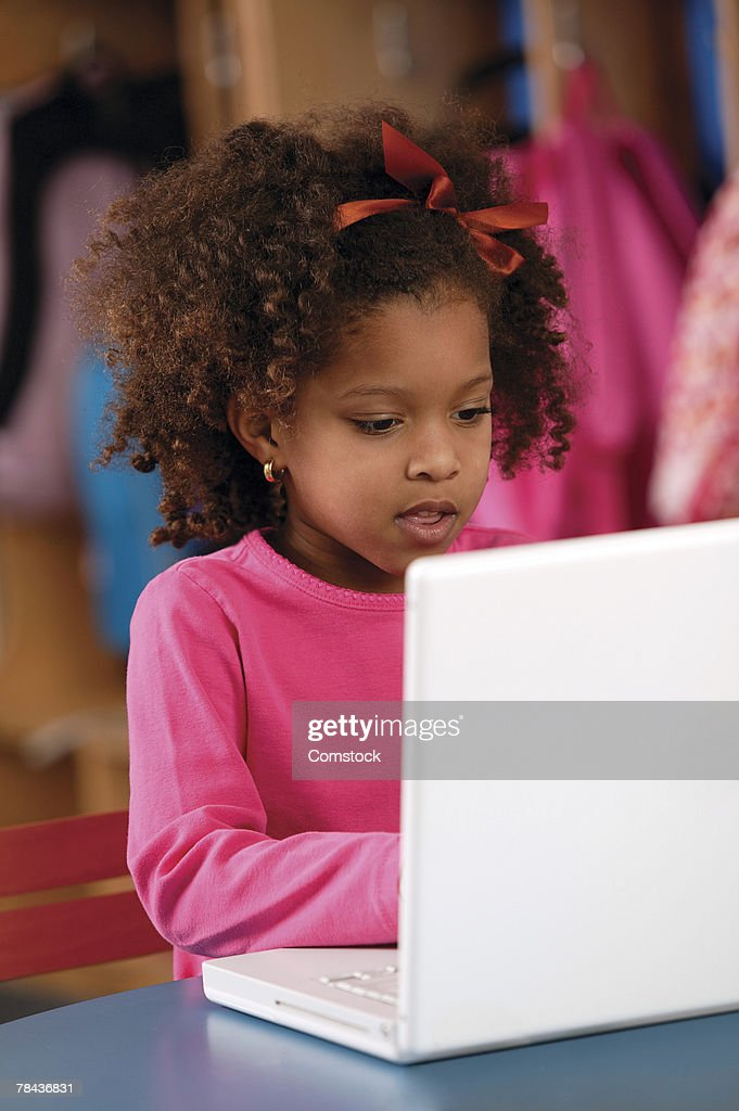 Young girl using laptop : Stockfoto