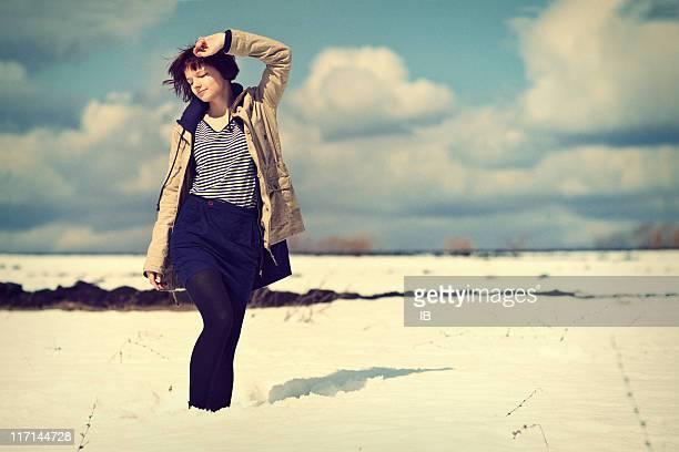 若い女の子は雪の散歩、春の