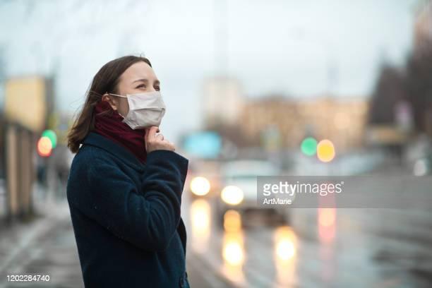 junges mädchen trägt eine schützende gesichtsmaske - schutzmaske stock-fotos und bilder