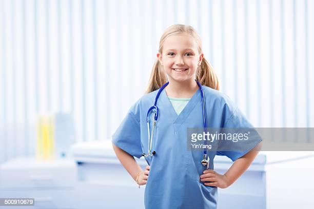 young girl wearing medical exfoliaciones, que pretenden médico de la carrera profesional - disfrazar fotografías e imágenes de stock