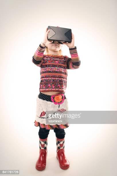 仮想現実のヘッドセットを着ている若い女の子