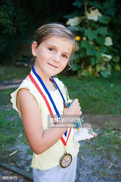 young girl (5 years old) with awards - medalist stock pictures, royalty-free photos & images