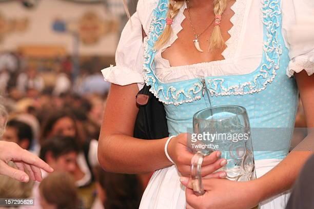 Junges Mädchen mit Bier-Becher