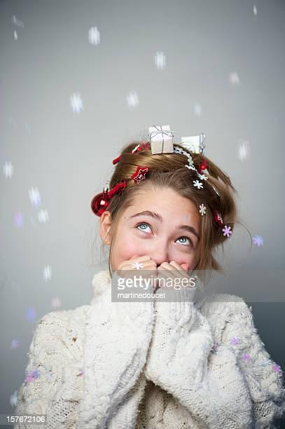 Junges Mädchen mit Weihnachtsdekoration im Haar.