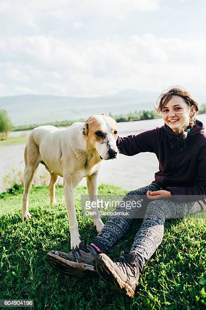 若い女の子と犬