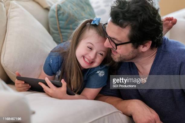 jeune fille avec le syndrome de down rit avec le papa - handicap photos et images de collection