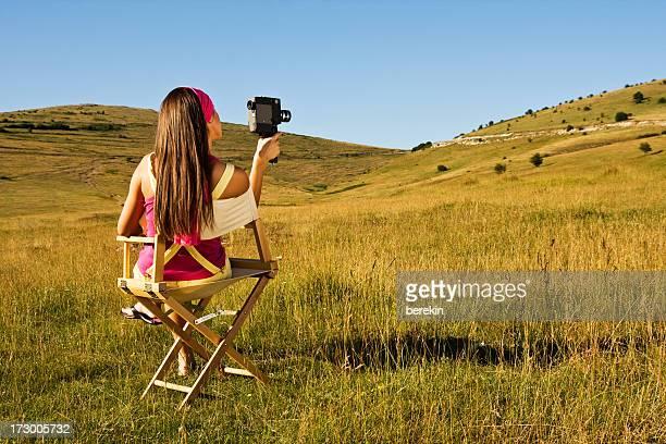 Jeune fille avec une caméra de cinéma