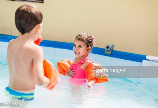 joven con el virus de la varicela zoster nadando en la piscina con el hermano - culebrilla enfermedad fotografías e imágenes de stock