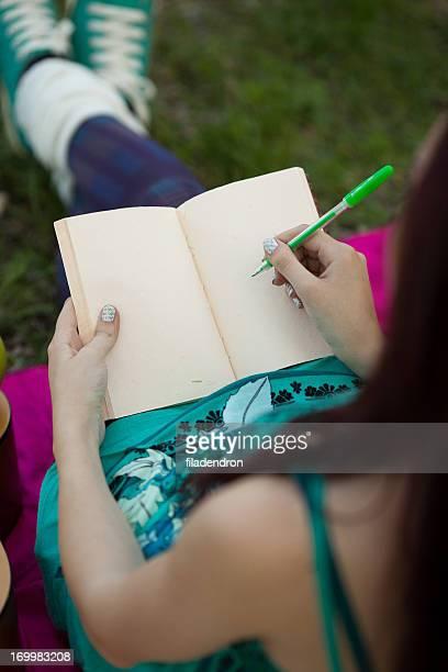 Junges Mädchen Schreiben in notebook