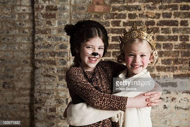 Young girls disfrazado cat y queen