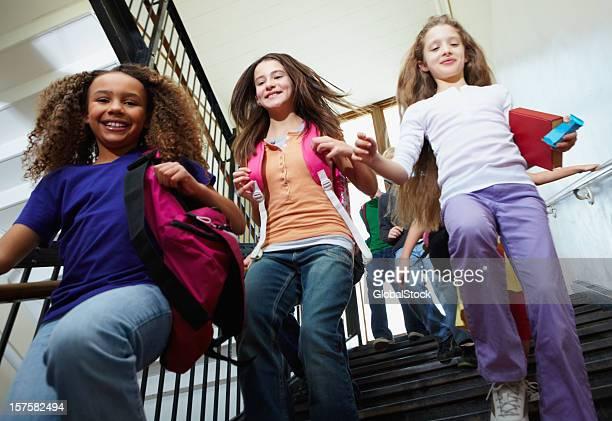 Junge Mädchen, die für zu Hause einen Snack nehmt,