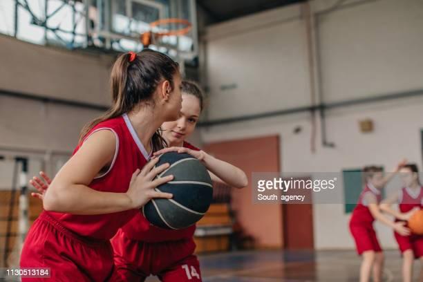 Junge Mädchen spielen Basketball vor Gericht