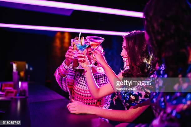 Junge Mädchen Anstoßen mit Getränke in Nacht Verein