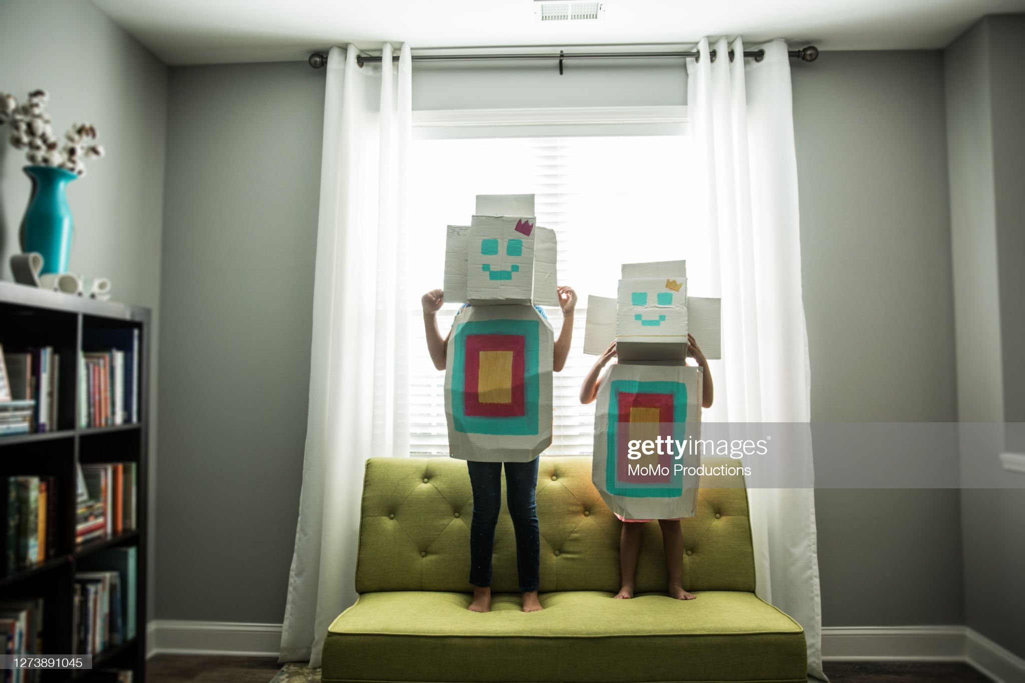 Young girls wearing homemade robot costumes at home : 圖庫照片