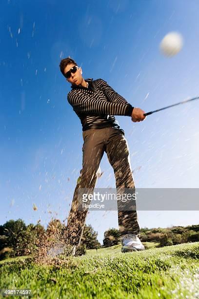 若いゴルファーは、スイングにバンカーやサンドトラップで