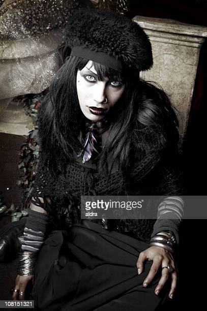 Joven mujer posando gótico vestido