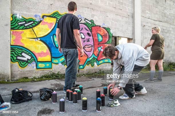jeunes graffeurs d'aujourd'hui - petit groupe de personnes photos et images de collection