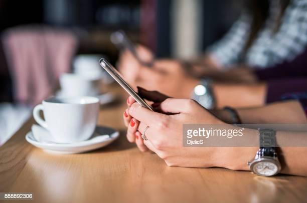 Gruppe junger Menschen Surfen im Netz auf smartphones