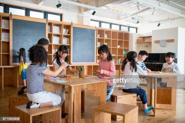 美術・工芸クラスで学生の若いグループ - 美術工芸 ストックフォトと画像