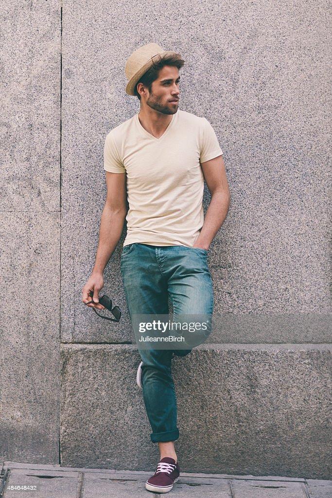 ca9f9888c8d090 Junger Mann stehend Gegen eine Wand   Stock-Foto