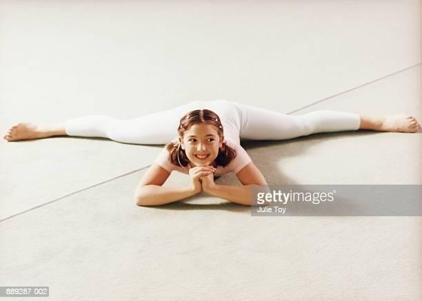 young gymnast (8-10) doing splits on floor - 10 11 jahre stock-fotos und bilder