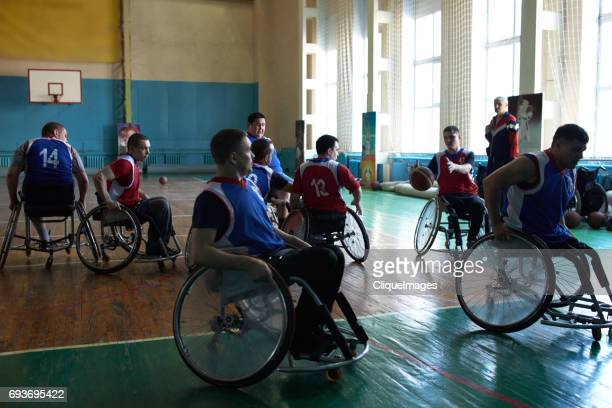 young handicapped athletes playing basketball - cliqueimages - fotografias e filmes do acervo