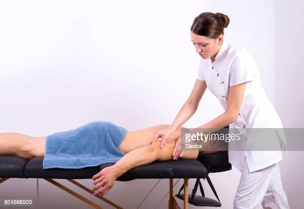Jeune homme musclé beau profiter de massage du dos en station thermale