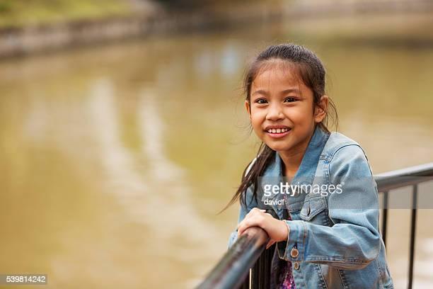 若い幸せなアジア人の女の子、シンガポールリバー - シンガポール文化 ストックフォトと画像