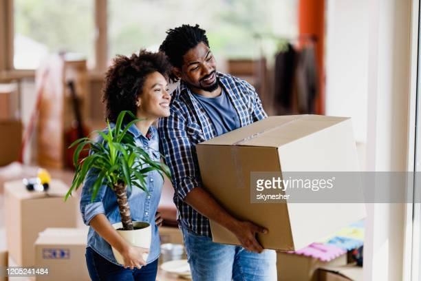 若い幸せな黒人カップルは、新しい家に移転します。 - 引っ越し ストックフォトと画像