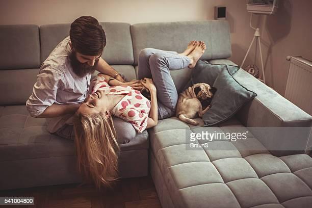 若いカップルが一緒に楽しむソファーでおくつろぎいただけます。