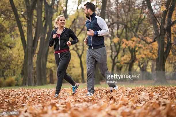 Junge glückliche Paar Joggen im Herbst Tag und Kommunikation.