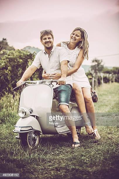 Feliz jovem Casal em Scooter Vintage