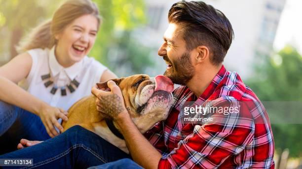 Jovem casal feliz com cachorro