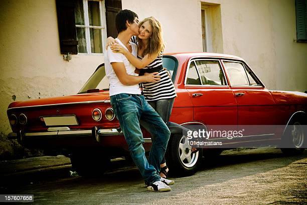 Junge glückliche Paar mit alten Stil Auto